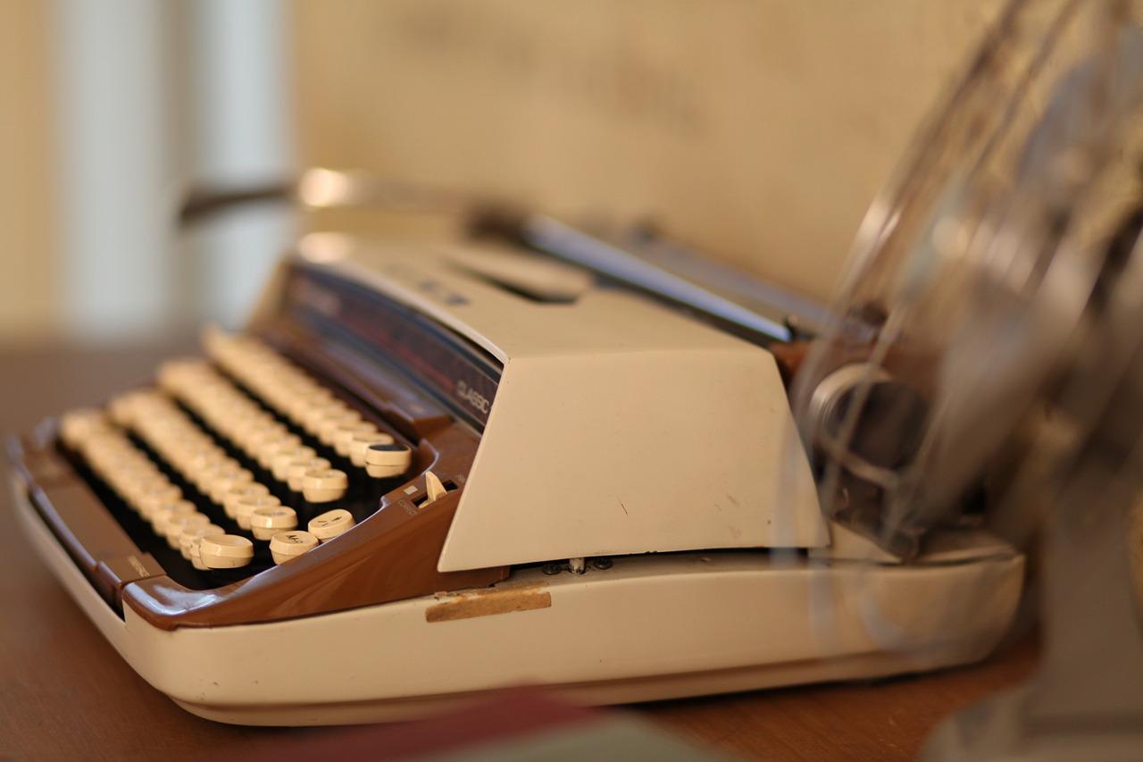 typewriter-109060_1280